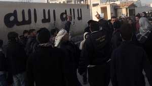 """مجموعة من المحتجين يقفون أمام مقر """"داعش"""" في مدينة حلب شمال سوريا، لمطالبتهم بوقف القتال مع الثوار ، 6 يناير/ كانون الثاني 2014"""
