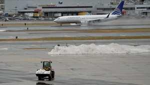 إزالة الثلج عن مدارج الطائرات