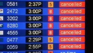 لوحة تشير إلى إلغاء العديد من الرحلات بأمريكا
