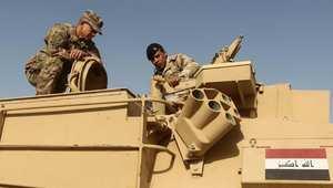 صورة لمستشار عسكري أمريكي يدرب جنديا عراقيا