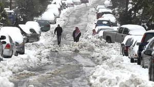 مواطنون في أحد شوارع العاصمة الأردنية عمان وقد تعطلت حركة السيارات بسبب تراكم الثلوج في الشوارع 8 يناير/ كانون الثاني 2015