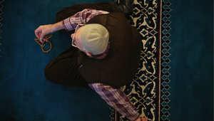مسلم في مسجد ببرلين، ألمانيا لأدء صلاة الجمعة حيث تلقى الخطبة باللغة التركية 9 يناير/ كانون الثاني 2015