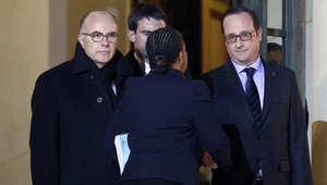 الرئيس الفرنسي فرانسوا هولاند، (يمين) يودع وزراءه بعد عقد اجتماع معهم في قصر الأليزيه الجمعة 9 يناير/ كانون الثاني 2015