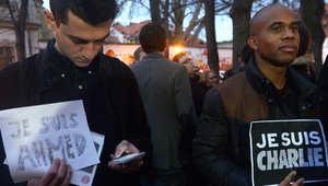 متظاهرون أمام السفارة الفرنسية في براغ خلال تجمع حاشد في ذكرى الهجوم على صحيفة شارلي إيبدو