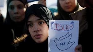 متظاهرة مسلمة خلال مظاهرة باسبانيا ضد الهجمات الإرهابية الأخيرة في باريس