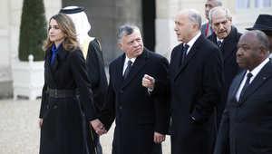 الملك عبد الله الثاني بصحبة الملكة رانيا، يتحدث مع وزير الخارجية الفرنسي لوران فابيوس