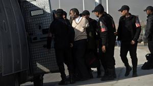 صورة أرشيفية لعناصر بالشرطة المصرية يعتقلون مؤيدا لمرسي