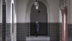 رجل يمشي داخل الجامع الكبير في باريس، فرنسا