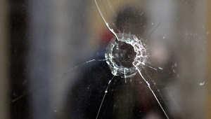 """مكان طلقة نارية اخترقت الزجاج في موقع مهاجمة خلية """"جهاديين"""" يشتبه بأنها كانت تخطط لشن هجمات في بلجيكا 16 يناير/ كانون الثاني 2015"""