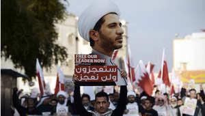 بحريني يرفع صورة الشيخ علي السلمان رئيس جمعية الوفاق في تظاهرة تطالب السلطات البحرينية بالافراج عنه 20 يناير/ كانون الثاني 2015