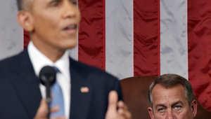 رئيس مجلس النواب جون بينر يستمع إلى الرئيس الأمريكي باراك أوباما أثناء تقديمه خطاب حالة الاتحاد