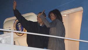 الرئيس الأمريكي باراك أوباما يلوح بيده لمودعيه في دلهي قبيل مغادرته إلى الرياض 27 يناير/ كانون الثاني 2015