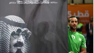 لاعب كرة اليد السعودي عباس الصفار يرفع لافتة تحمل صورة للملك الراحل عبدالله بن عبد العزيز في قاعة الوسيل بقطر حيث تقام البطولة الدولية للعبة 24 يناير/ كانون الثاني 2015