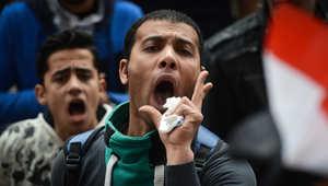 متظاهرون مصريون يهتفون بشعارات خلال مظاهرة ضد السيسي وبالذكرى السنوية الرابعة لثورة 25 يناير