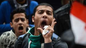 متظاهر مصري يهتف بشعارات ضد السيسي خلال مظاهرة في الذكرى الرابعة لانتفاضة 25 يناير