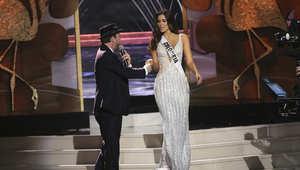 غافين ديغرو على خشبة مسرح مسابقة ملكة جمال الكون في جامعة فلوريدا الدولية