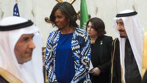 الملك سلمان وميشيل أوباما أثناء استقبال أعضاء الوفد المرافق في الرياض