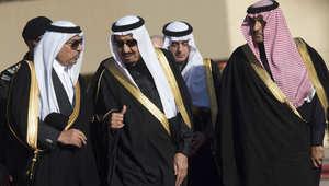 العاهل السعودي الملك سلمان بن عبد العزيز(وسط) ومحمد بن نايف وزير الداخلية (يسار) يسيران لاستقبال الرئيس الأمريكي في الرياض 27 يناير/ كانون الثاني 2015