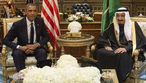 الملك سلمان بن عبدالعزيز خلال استقباله الرئيس الأمريكي باراك أوباما في زيارته للسعودية للتعزية بوفاة الملك عبدالله بن عبدالعزيز 27 يناير/ كانون الثاني 2015