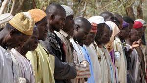 مسلمون نيجيريون لاجئون في أحد مخيمات الأمم المتحدة في باغا سولو قرب بحيرة تشاد على الحدود يؤدون الصلاة ، 26 يناير/ كانون الأول 2015