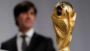مدرب المنتخب الألماني بجانب كأس العالم