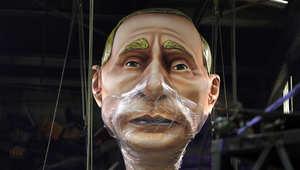 صورة عملاقة للرئيس الروسي فلاديمير بوتين خلال الاستعدادات لكرنفال في فرنسا