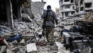 مقاتل كردي بين المباني المدمرة في كوباني 30 يناير/ كانون الثاني 2015