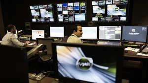 طواقم فنيين في جاليري أحد ستوديوهات قناة العرب، المملوكة للأمير السعودي الوليد بن طلال، والتي أطلقت في البحرين، ثم أغلقت بعد ساعات من إطلاقها من قبل السلطات، الصورة في 1 فبراير/ شباط 2015