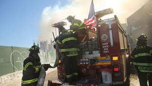 أرشيف - رجال الإطفاء بمدينة نيويورك يحاولون السيطرة على حريق بأحد المباني، 31 يناير/ كانون الثاني 2015