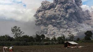 الرماد الساخن لبركان باندونيسيا يقتل 11 على الأقل