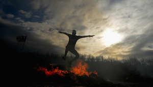 متنافس يقفز فوق نيران مشتعلة