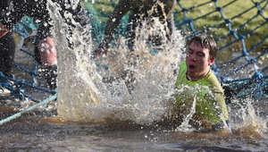القفز إلى المياه الباردة بعد تسلق الحبال