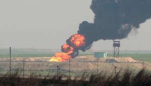 دخان يتصاعد من حقل نفطي بعد دحر داعش التي كانت تسيطر عليه