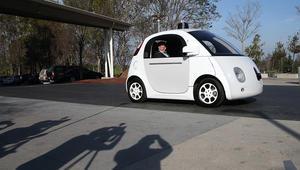 رئيس غوغل اريك شميت يجلس في سيارة ذاتية القيادة في مقر الشركة