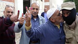 ناخب مصري يقبل عنصر بالجيش المصري بعد التصويت على الاستفتاء