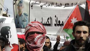 """أرشيف - أردنيون يتظاهرون في عمان للتضامن مع الطيار الكساسبة الذي أعدمه """"داعش""""، 6 فبراير/ شباط 2015"""