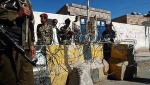 بالصور.. انفجار قنبلة في مدخل القصر الرئاسي في اليمن وتواجد كثيف لقوات الجيش