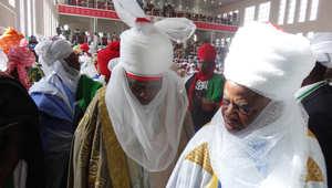 شيوخ قبائل بالزي القومي أثناء حفل تتويج محمد سنوسي الثاني كالأمير الـ57 لإمارة كانو القديمة