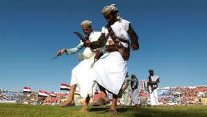 يمنيان يؤديان رقصة شعبية بإستاد شمال العاصمة صنعاء مكتظ بأنصار الحوثي قبل كلمة إلقائه كلمة متلفزة