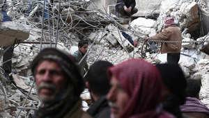 مدنيون سوريين يبحثون عن ناجين بعد ضربات جوية تعرضت لها دوما، شرق دمشق