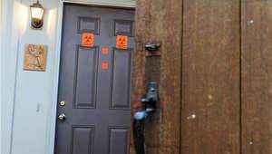 ملصقات على أبواب عمارات من جامعة نورث كارولاينا