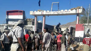 يمنيون بعضهم مسلحين أمام مبنى المعسكر الذي سيطر عليه تنظيم القاعدة في شبوه 12 فبراير/ شباط 2015