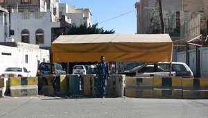 أرشيف - جندي يمني يقف على حاجز أمام السفارة الالمانية في صنعاء، 29 أبريل/ نيسان 2014 ، بعد إصابة دبلوماسي ألماني في خلال محاولة لاختطافه