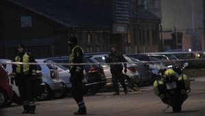 الشرطة الدنماركية تطوق موقع البناية التي تم الهجوم فيها على رسام الكاريكاتير وأنصاره 14 فبراير/ شباط 2015
