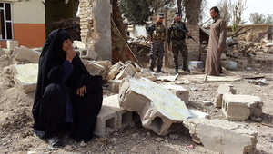 عراقية تجلس على أنقاض بيتها الذي تهدم في قرية المنصورية بمحافظة ديالى جراء المعارك بين داعش والقوات الحكومية 14 فبراير/ شباط 2015
