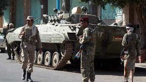 مقاتلون حوثيون أمام القصر الرئاسي في صنعاء 16 فبراير/ شباط 2015