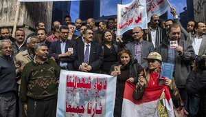 صحفيون يشاركون في مظاهرة خارج نقابتهم بالقاهرة ضد قطع رؤوس 21 مصريا من الأقباط من قبل داعش