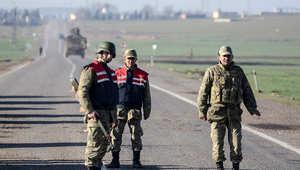 جنود أتراك ياخذون موقعها على أحد الطرق المؤدية إلى الحدود السورية، 22 فبراير/ شباط 2015