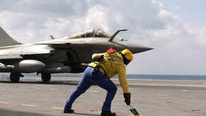 طائرة مقاتلة فرنسية من طراز رافال تقلع عن متن حاملة طائرات للمشاركة في مهمة مع قوات التحالف بالعراق 23 فبراير/ شباط 2015