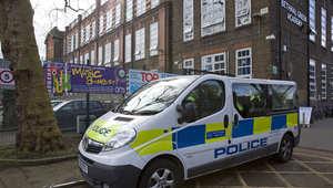 عربة للشرطة تقف أمام المدرسة التي ترتادها الطالبات البريطانيات المختفيات في شرق لندن ، 23 فبراير/ شباط 2015